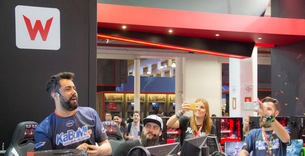 Cid (Não Salvo) interagindo com o público no estande da RAWAR, na Brasil Game Show 2017.