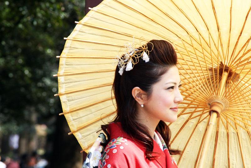 mulher japonesa em trajes tradicionais